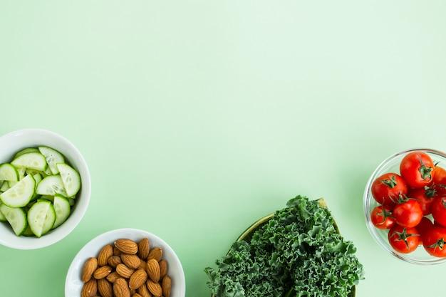 Legumes e nozes em uma luz verde. dieta