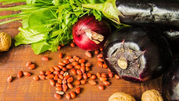 Legumes e nozes na mesa de madeira