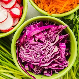Legumes e repolho roxo na tigela