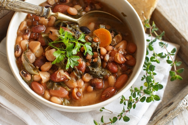 Legumes e vegetais cozidos em uma tigela na velha mesa de madeira