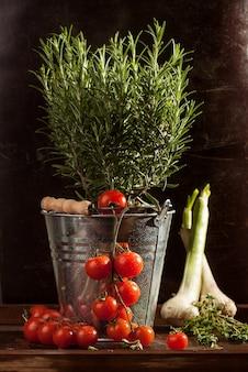 Legumes em balde de metal