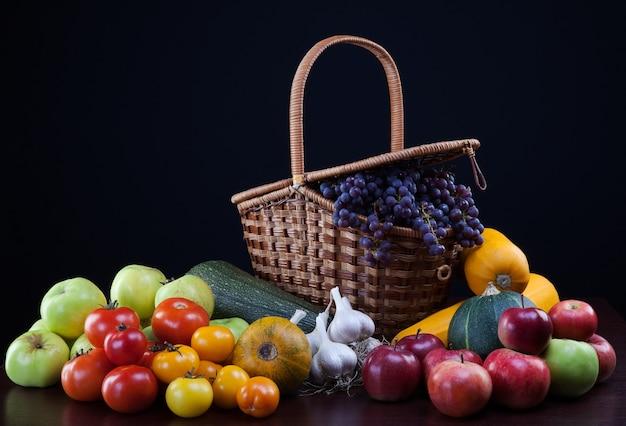 Legumes em cima da mesa em um fundo escuro