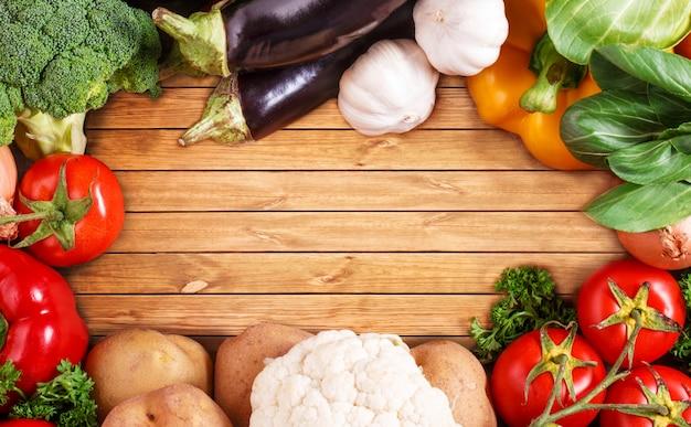 Legumes em fundo de madeira com espaço para texto. comida orgânica.