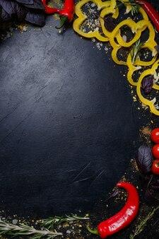 Legumes em fundo escuro. comida vegana orgânica natural. ingredientes da refeição. alimentação saudável e adequada