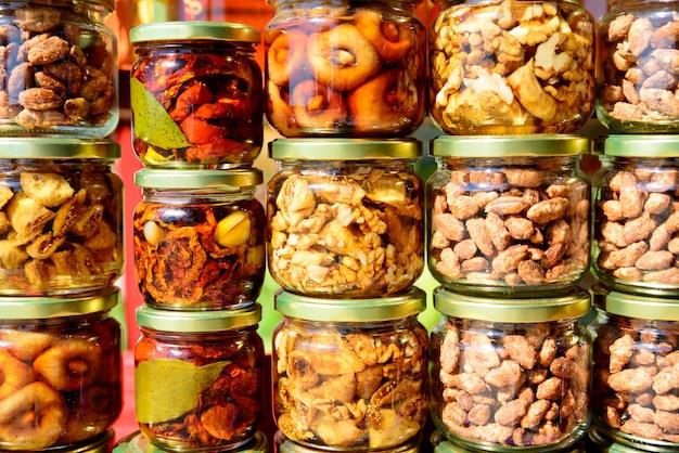 Legumes em potes de vidro