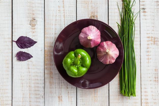 Legumes em uma madeira