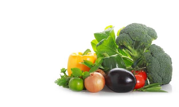 Legumes em uma superfície branca
