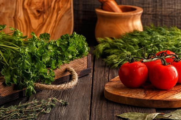 Legumes, ervas, mesa de especiarias. foco seletivo.