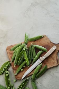 Legumes. ervilhas na mesa