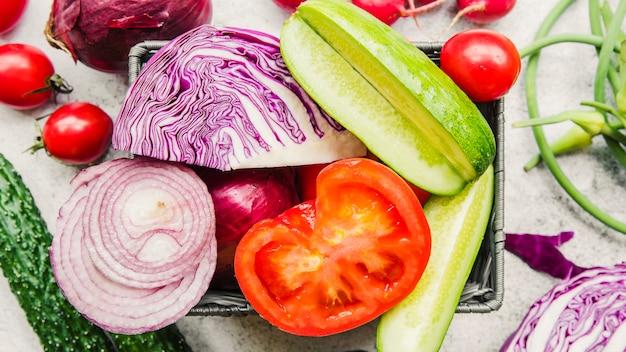 Legumes fatiados em recipiente