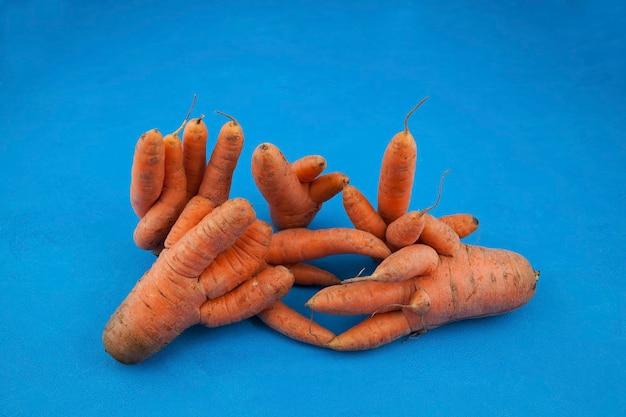 Legumes feios. cenouras fundidas incomuns. redução do desperdício de alimentos.