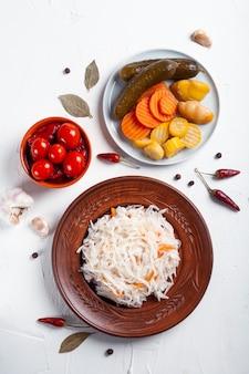 Legumes fermentados com ingredientes em uma mesa branca