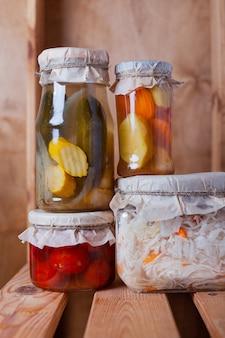Legumes fermentados em potes de vidro na despensa
