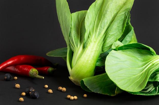Legumes frescos: bok choy ou couve chinesa e pimenta. especiarias diferentes. comida saudável.