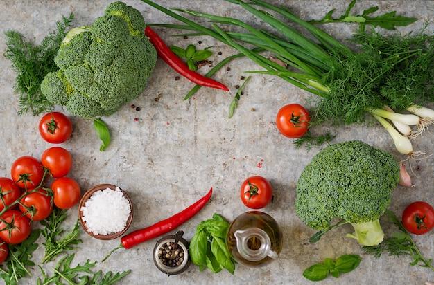 Legumes frescos - brócolis, tomate cereja, pimenta e outros ingredientes para cozinhar. nutrição apropriada. vista do topo