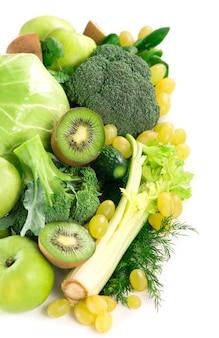 Legumes frescos com folhas - brócolis, kiwi, aipo, espinafre, couve, uvas e maçã isolados na superfície branca