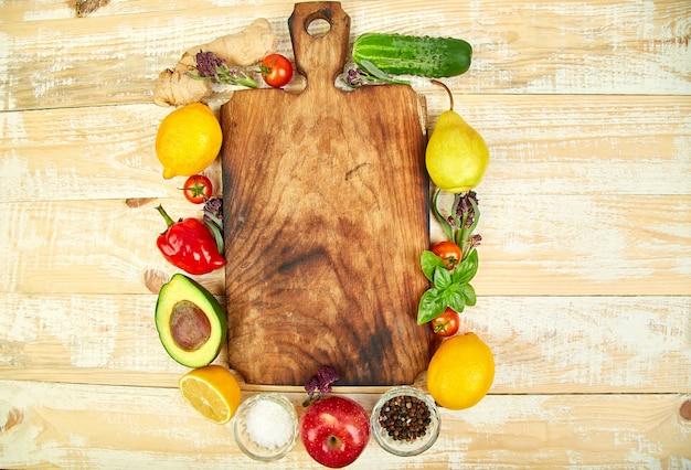 Legumes frescos crus, frutas e ingredientes para cozinhar saudável