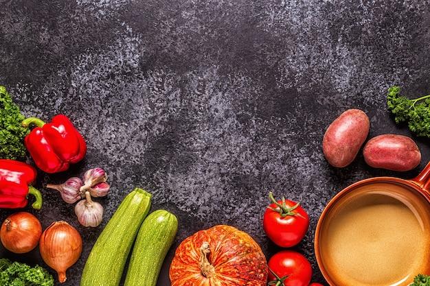 Legumes frescos de outono para cozinhar em um fundo escuro, vista superior.