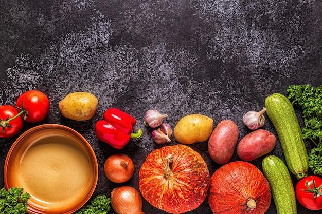 Legumes frescos de outono para cozinhar em um fundo escuro
