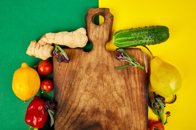 Legumes frescos e crus, frutas e ingredientes para uma culinária saudável.