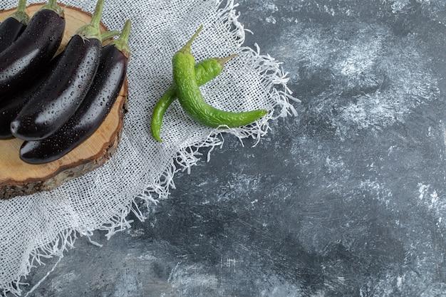 Legumes frescos e crus. pilha de berinjela e pimenta verde