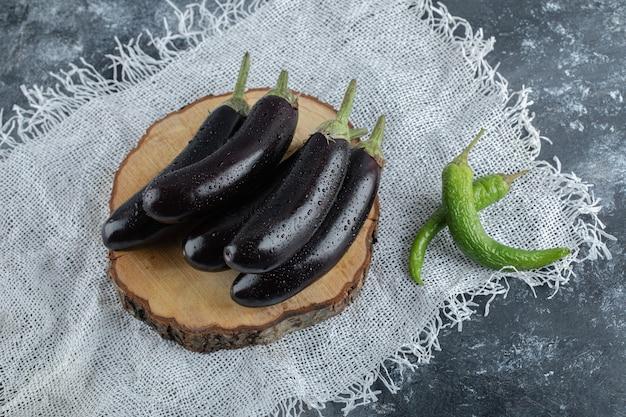 Legumes frescos e crus. vista superior da pilha de berinjela e pimenta verde.