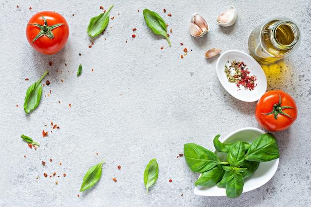 Legumes frescos e ervas com especiarias em um fundo cinza fundo de alimentos