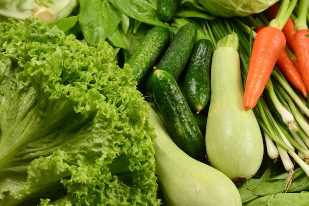 Legumes frescos e ervas como pano de fundo
