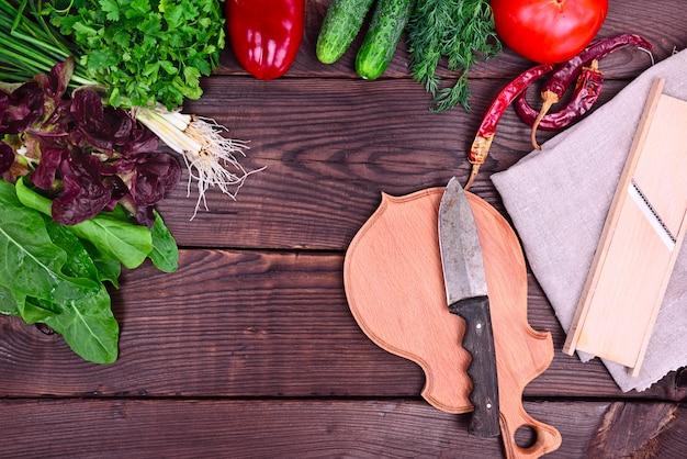 Legumes frescos e ervas para salada