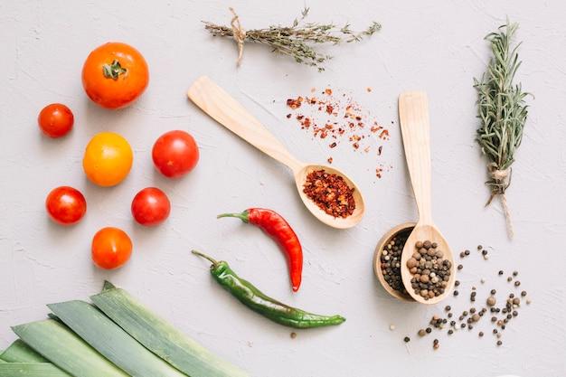 Legumes frescos e especiarias em colheres