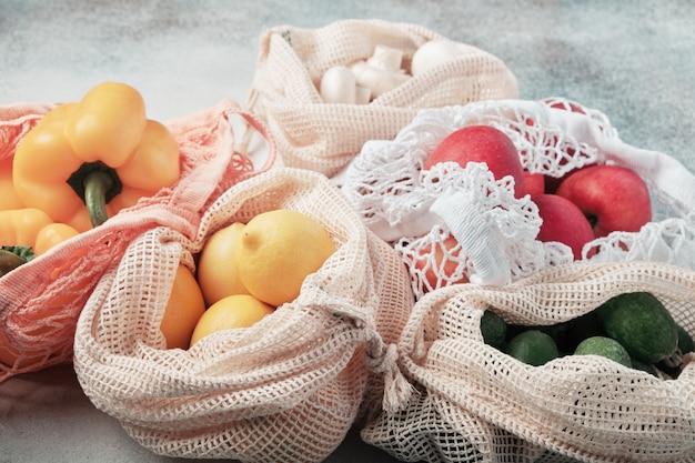 Legumes frescos e frutas em sacos ecológicos
