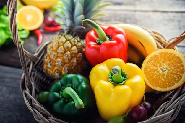 Legumes frescos e frutas para o jantar de fitness
