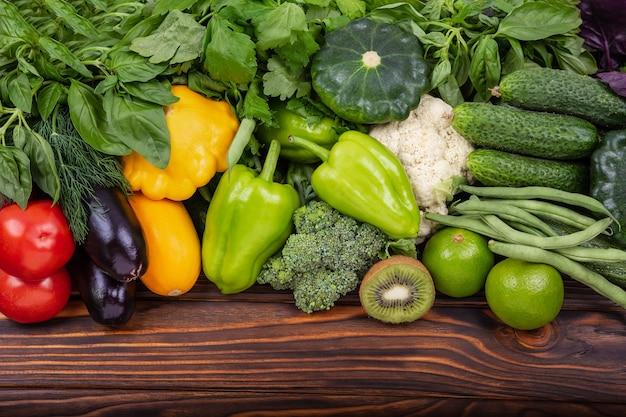 Legumes frescos e frutas variedade de fundo de vegetais crus