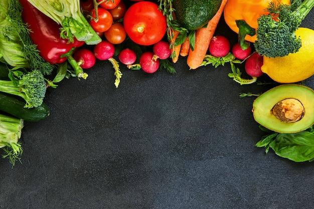 Legumes frescos e frutas.