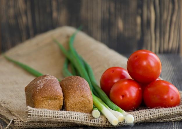 Legumes frescos e pão na serapilheira