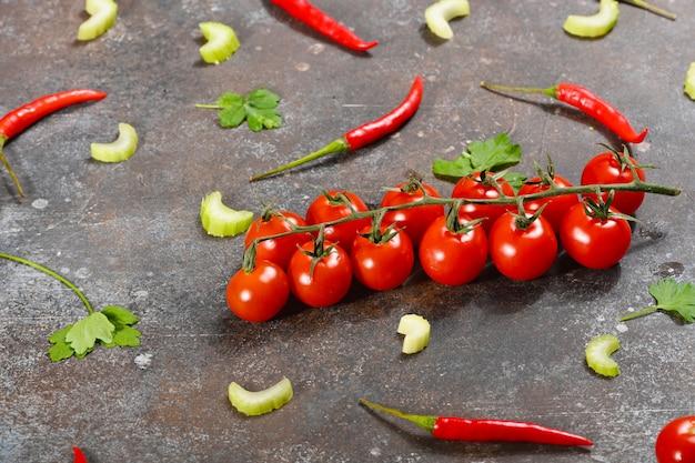 Legumes frescos e ramo de tomate cereja