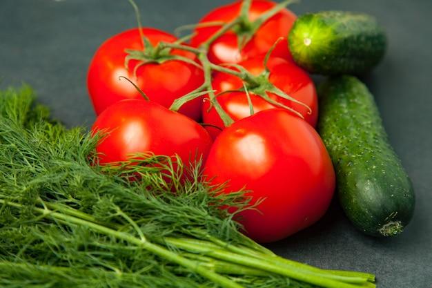 Legumes frescos e saudáveis - pepino, endro e tomate. vista do topo.