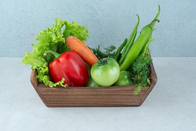 Legumes frescos em caixa de madeira.
