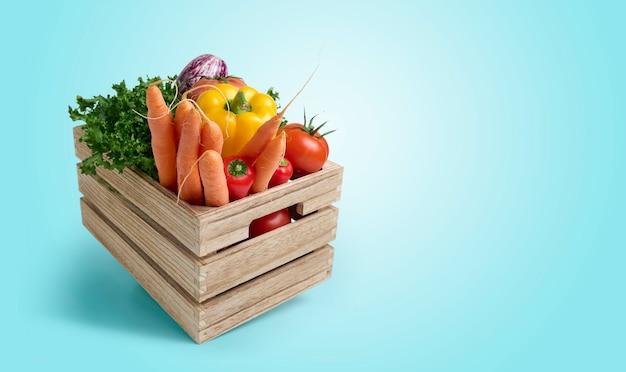 Legumes frescos em caixa de madeira