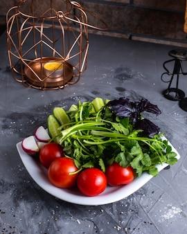 Legumes frescos em cima da mesa
