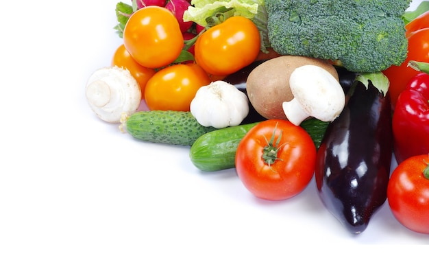 Legumes frescos em fundo branco