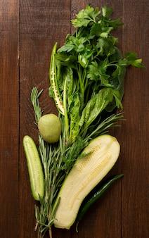 Legumes frescos em fundo de madeira