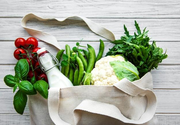 Legumes frescos em saco de algodão ecológico