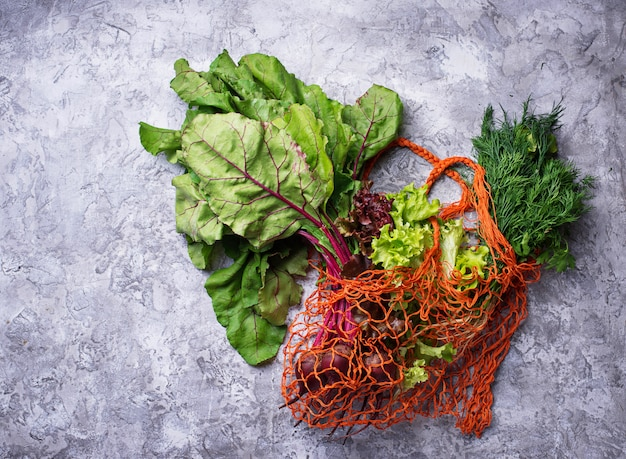 Legumes frescos em saco de arrastão