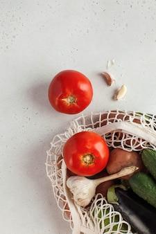 Legumes frescos em saco de barbante, produto ecologicamente correto. colheita. legumes sazonais.
