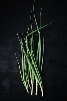Legumes frescos em superfície de textura preta