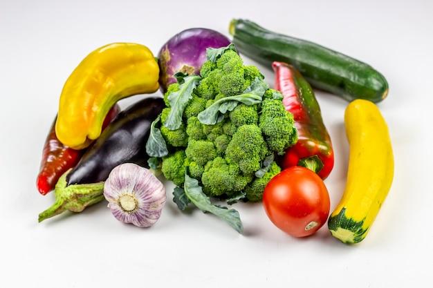 Legumes frescos em um fundo branco. alimentação saudável.