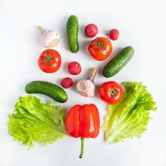 Legumes frescos em um fundo branco. comida vegetariana vegana. lugar para texto.