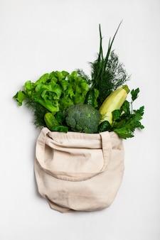 Legumes frescos em um saco ecológico