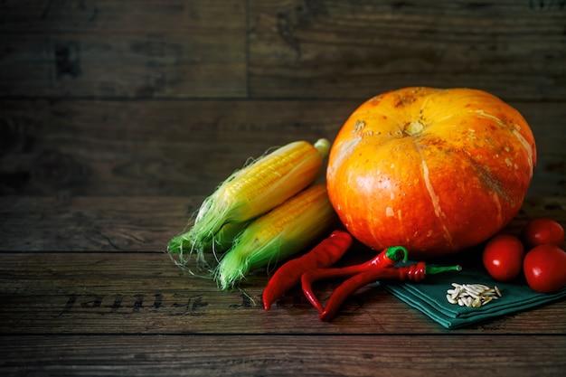 Legumes frescos em uma mesa escura